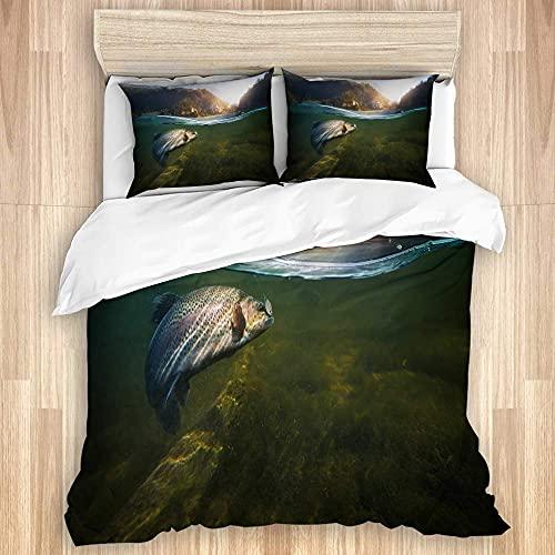 Funda nórdica, pesca Big Fish Bass Prender un bocado Nadar en el lago Green Mountain Pine Forest Alaska 's Wildlife Puts, juego de ropa de cama con funda de edredón suave con cierre de cremallera