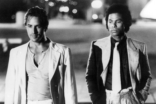 Moviestore Don Johnson als Detective James Crockett unt Philip Michael Thomas als Detective Ricardo Tubbs in Miami Vice 91x60cm Schwarzweiß-Posterdruck
