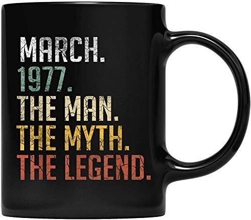 DKISEE Mens Legend March 1977-44th Birthday Gifts Men 44 Years Old Taza de café para padre y madre, abuelo, abuela y amiga regalos 11 oz