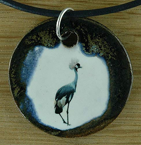 Echtes Kunsthandwerk: Hübscher Keramik Anhänger mit einem Kranich. Zoo, Vogelflug Kraniche, Vögel