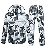 【耐水・防水性能】耐水圧8,000~10,000㎜なので、傘・少雨(約300㎜)~大雨(1,500㎜)でも対応可能。また、前面のファスナー部分は、ファスナーとボタンで閉じる二重構造。袖先部分はゴムギャザー加工で二重になっており、雨風の侵入を防ぎながら、袖が捲くり上がるのを防ぎます。上着両サイドのポケットは蓋付きで雨の侵入を防ぎます。 【透湿性能】表面生地(PVC素材)は、水滴よりも小さいな穴が無数に空いており、外からの雨は弾き、ウエア内の蒸れはその穴から逃します。また、裏地全体にメッシュ素材を使...