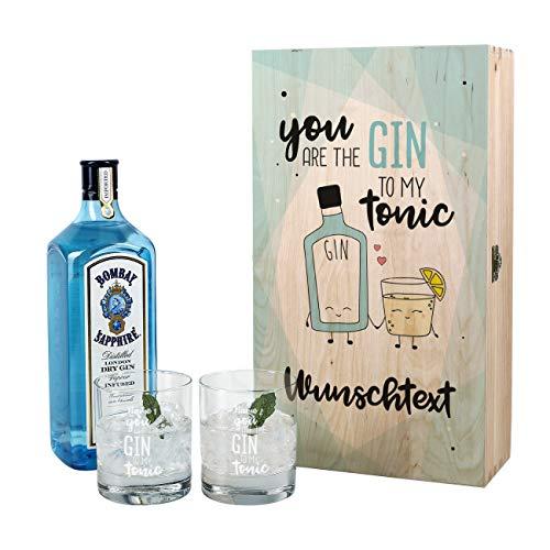 Herz & Heim® Gin Geschenkset für Paare - You are the Gin to my Tonic - mit 1 l Bombay Sapphire und 2 gravierten Gläsern in Holzverpackung mit Wunschnamen