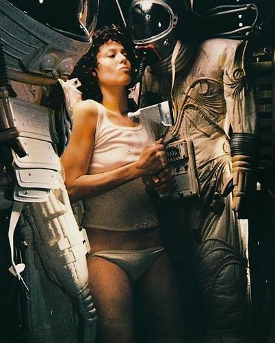 シガニー・ウィーバー8×10 HDアルミウォールアートは、宇宙服のエイリアンに入ります