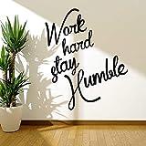 Calcomanía de pared de texto trabaja duro para mantenerte humilde puertas y ventanas pegatinas de vinilo dormitorio oficina decoración de interiores mural