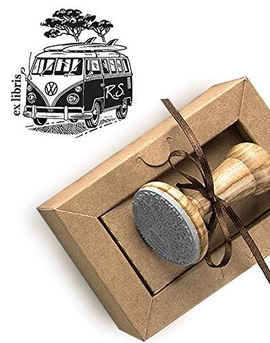 Personalisierter Stempel Volkswagen VW Camper Van 2 Surfbrettern mit Initialen, VW Bus Retro Bully, Ex libris, Kraft Geschenkbox