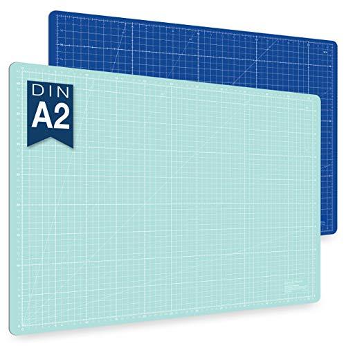 Guss & Mason Tappetino da taglio autoriparatrice A2 blu, rosa, verde. Perfetta per cucito, lavori manuali e patchwork. Stampa su due lati 60x45. Indicazioni in cm e pollici