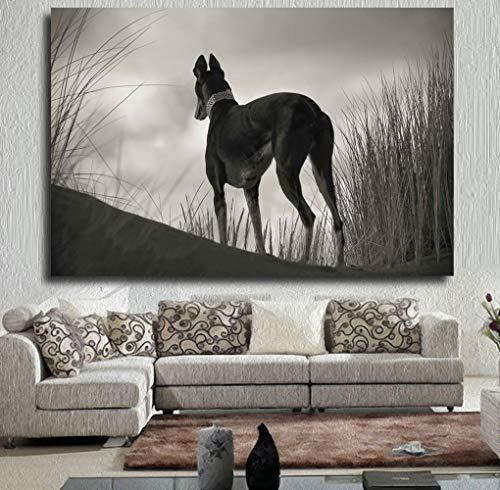 Kunstdruk op de muur. De zwart-wit grijze hond stijgt op het poster en schildert het olieverfschilderij op canvas. De woonkamer is niet ingelijst.