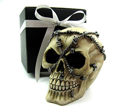 Totenkopf Deko-Toten-Schädel Skull mit Stacheldrath verschnürt als Spardose im Geschenk-Set in schwarzer Geschenk-Box Gothic, Mystik, Fantasy, Dekoration, Party-Geschenk, Spardose