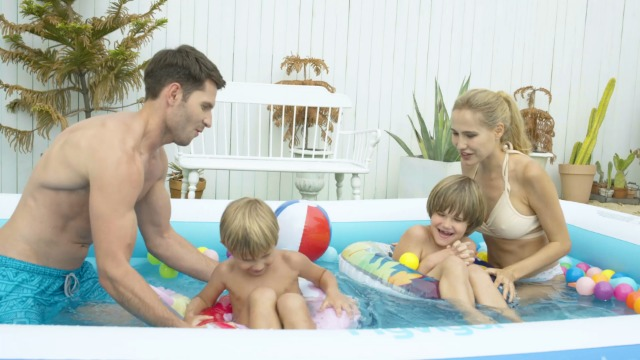 51FkmPlLnqL La piscina inflable tiene capacidad para 2 adultos y 3 niños (300 x 180 x 56cm) para disfrutar de una fiesta en la piscina en el patio trasero. Las criaturas marinas, los transbordadores espaciales y otros patrones de la superficie aumentan la diversión entre padres e hijos La Hyvigor piscina hinchable fabricada de material de PVC de alta resistencia que protege el medio ambiente, espesor 0.4 mm, un 50% más gruesa que la mayoría del mercado, lo que reduce el riesgo de pinchazos y garantiza una larga vida útil 3 cámaras de aire individuales de la piscina pueden soportar un peso adicional al tiempo que evitan las fugas de aire, sin deformación a altas temperaturas, utilizable en la playa