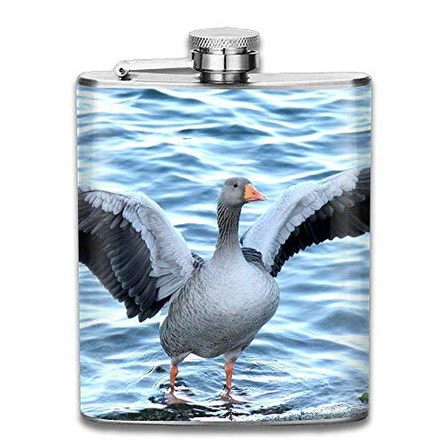 Presock-Flaschen für Schnaps, Graugänse breiten Flügel in der Nähe des Flusses aus. Tragbare Edelstahl-Flachmann-Whiskyflasche für Männer und Frauen