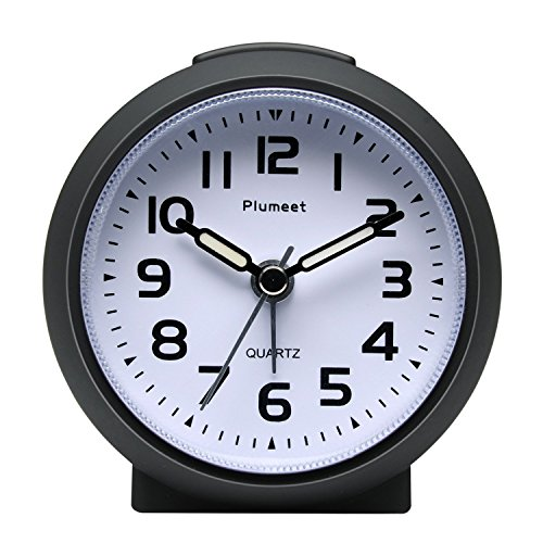 Plumeet Kleine Uhr, tickender Analog Quarzwecker mit Schlummermodus und Nachtlicht, niedlicher Farbe für Kinder, ansteigendem Soundalarm (Schwarz)