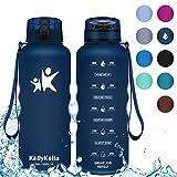 KollyKolla Gourde Sport - 1.5L, Bouteille d'eau Reutilisable avec Filtre, Gourdes d'eau sans BPA Tritan, pour Enfant & Adulte, Anti-Fuite Flip Top en 1 Clic, Marqueur de Temps Bleu Foncé Mat