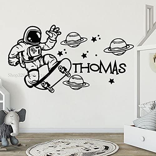 SSCLOCK Astronautas Jugando en la patineta con calcomanías de Vinilo con Nombres Personalizados Calcomanías de Espacio para Habitaciones de niños con Nombres Personalizados 56x31cm