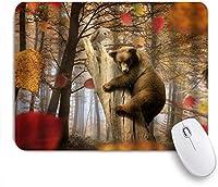 KAPANOUマウスパッド ヒグマは秋の森の奥深くに白いフクロウの素朴な古い木を保持 ゲーミング オフィス おしゃれ 耐久性が良い 滑り止めゴム底 ゲーミングなど適用 マウス 用ノートブックコンピュータマウスマット