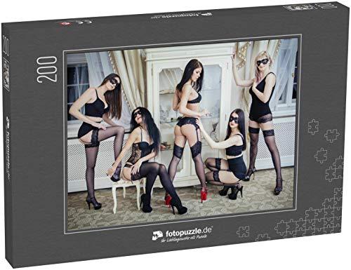 fotopuzzle.de Puzzle 200 Teile Gruppe von sexy Jungen Frauen in schwarzen Dessous, Strümpfen und Gesichtsmaske im Hotelzimmer