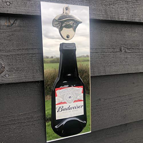 Budweiser, Bud, abridor de botellas de cerveza, montado en la pared sobre fondo acrílico espejado. Fabricado en Reino Unido