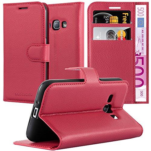 Cadorabo Hülle für Samsung Galaxy J1 2015 (5) - Hülle in Karmin ROT – Handyhülle mit Kartenfach und Standfunktion - Case Cover Schutzhülle Etui Tasche Book Klapp Style
