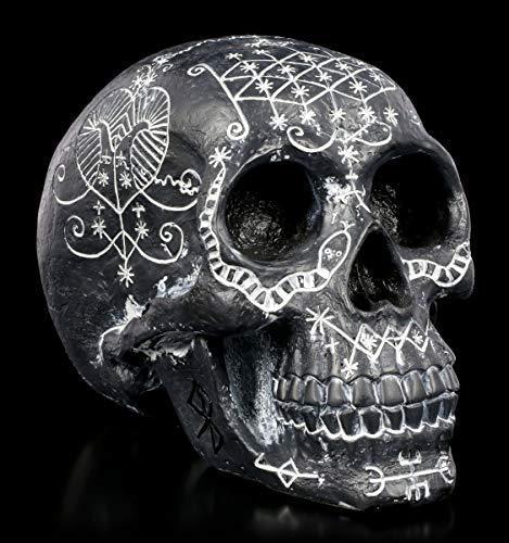 Figuren Shop GmbH Schwarzer Gothic Totenkopf mit mystischen Symbolen | Fantasy Deko-Artikel, handbemalt, H 15 cm