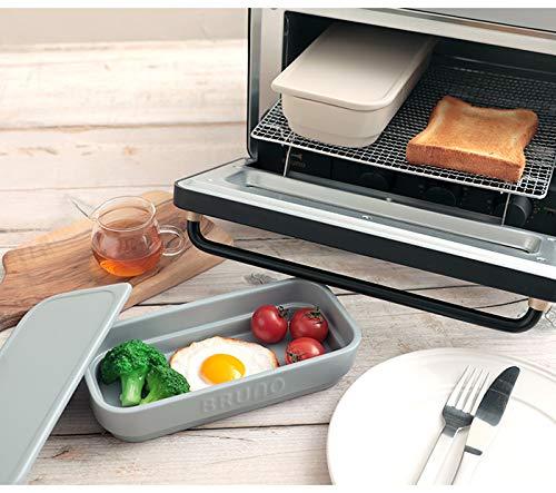 こちらは、オーブントースターで調理して、そのままテーブルに出せるトースタークッカー。人気のブルーノの製品です。トースターにぴったりのサイズで、コンロがふさがっているときもこれでおかずが作れます。蓋付きで蒸し料理もおまかせで、裏返した蓋で魚を焼くことも可能。スタッキングOKで、省スペースですっきりと収納できます。
