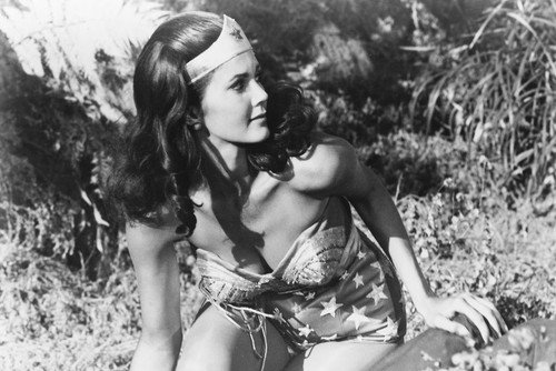 Lynda Carter as Wonder Woman in Wonder Woman in Wonder Woman (60x91 cm) Póster de rodillas en el bosque