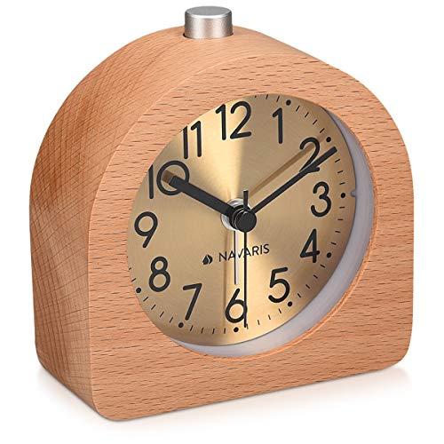 Navaris Analog Holz Wecker mit Snooze - Retro Uhr Halbrund mit Ziffernblatt Gold Alarm Licht - Leise Tischuhr ohne Ticken - Naturholz in Hellbraun