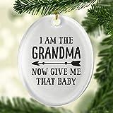 Adorno ovalado con texto en inglés 'I Am The Grandma Now Gi