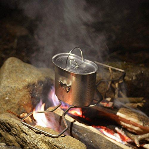 ソロキャンプの醍醐味といえば、自分ひとりで生きて行けるような逞しさ。せっかくなら、火起こしや飯盒炊飯など、サバイバル感のあるブッシュクラフトに挑戦してみましょう。