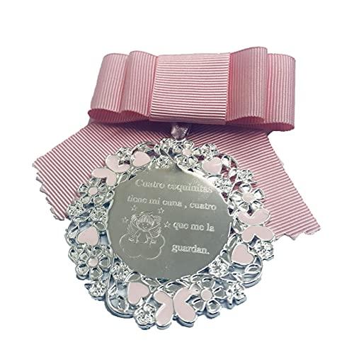 DOCOLASTRA Medalla de cuna o cochecito personalizada con oración de cuna¨Cuatro esquinitas tiene mi cuna,cuatro Angelitos que me la guardan¨.Disponible en rosa y azul.