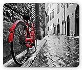 Lunarable Fahrrad Mauspad, klassisches Fahrrad auf Kopfsteinpflaster Straße in der italienischen Stadt Freizeitfoto, Rechteck rutschfestes Gummi-Mauspad, Standardgröße, rot schwarz und weiß