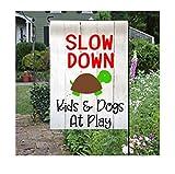 Myrwer2k Slow DOWN Schilder Kinder und Hunde beim Spielen Schild Hunde Gartenflagge Kinder auf dem Spielplatz Hof Fahne Slow Down Vinyl Flagge Schildkröte Garten Flagge