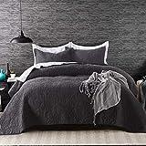 Qucover Elegante Tagesdecke aus Baumwolle 230 x 250 cm, Feine Wendedecke mit Stickerei-Muster mit 4 Kissen, Steppdecke für Doppelbett in Weiß & Schwarz