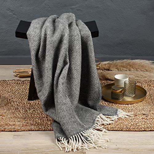 Arctic Wolldecke Herringbone - Hochwertiges Plaid mit Fischgrätmuster im Scandi Design - 100% Schurwolle mit Woolmark Siegel - 130 x 200 cm - Dunkelgrau