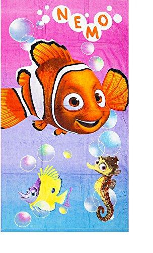 """Toalla de playa estampada con fantasías de los personajes de dibujos animados """"Nemo y Dory"""". Material: 100% algodón. Dimensiones: 70 x 140 cm"""