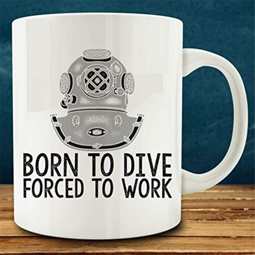 Taza de buceo con texto en inglés 'Born to Dive, Forced to Work'