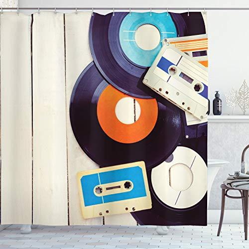 ABAKUHAUS Duschvorhang, Schallplatten & Alte Audiokassetten auf Holztisch Nostalgie Musik Vintage Style Digital Druck, Wasser & Blickdicht aus Stoff mit 12 Ringen Bakterie Resistent, 175 X 200 cm