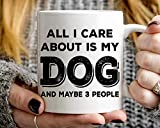 Tazza divertente con scritta 'All I Care About Is My Dog And Maybe 3 People'