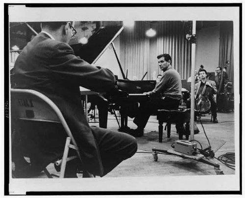 Infinite Photographs Foto: Leonard Bernstein, sitzend am Klavier, während Einer Probe