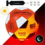 NIGHTMATCH Ballon de Football Lumineux, Pompe à Ballons et Batteries de Rechange Incluse - Illuminé de l'intérieur par Deux LED Lorsque Qu'on Le Frappe - Lumière de Nuit Ballon - Taille 5