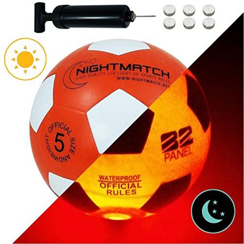 NIGHTMATCH LED Leuchtfußball - Offizielle Größe 5 - Komplettset - 2 Sensor aktivierte LED's für Spaß im Dunkeln - Ideal für Klein & Groß - Leuchtfussball, Leuchtball Kinder, Fussball (Rot/Weiß)