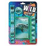 Wild Stationery Set - Delfín de Deluxebase. Este divertido set de papelería para chicas y chicos incluye 2 lápices, goma de borrar, sacapuntas, regla y cuaderno