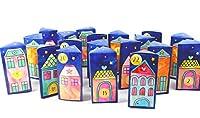 Calendario dell'Avvento DIY composto da scatole regalo a forma di casette di un villaggio. 24pieghevoli scatole triangolari in cartone resistente 360g/m². Dimensioni: 60 x 52 x 120 mm 2x 12scatole con 3diversi tipi di casette 24x adesivi dell'a...