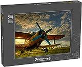 fotopuzzle.de Puzzle 1000 Teile HDR-Foto eines Alten Flugzeugs auf grünem Gras und Sonnenuntergang Hintergrund