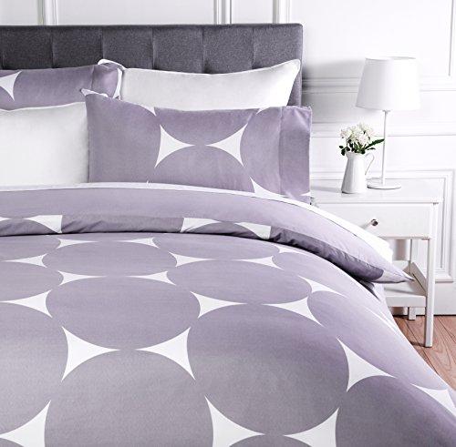 AmazonBasics - Juego de ropa de cama con funda de edredón, de microfibra, 200 x 200 cm,  Morado lunares (Purple Mod Dot)