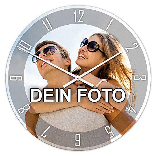 PhotoFancy® - Uhr mit Foto Bedrucken - Runde Fotouhr aus Kunststoff - Wanduhr mit eigenem Motiv selbst gestalten (35 cm rund, Design: Klassisch schwarz/Zeiger: weiß)
