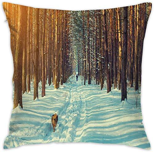 Home Decor Throw - Funda de cojín con diseño de esquiador, para correr, perro en el bosque, temporada invernal, nieve y paisaje natural muerto, funda de cojín cuadrada, 18 x 18 pulgadas