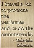 Mundus Souvenirs – I travel a lot to promover los perfumes. Cita de Gabriela Sabatini, grabado con láser en placa de madera, tamaño: 20 x 25 cm