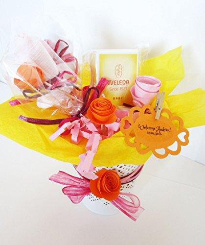 Idée cadeau pour bébé   Pot de fleurs avec une crème à langer et deux\