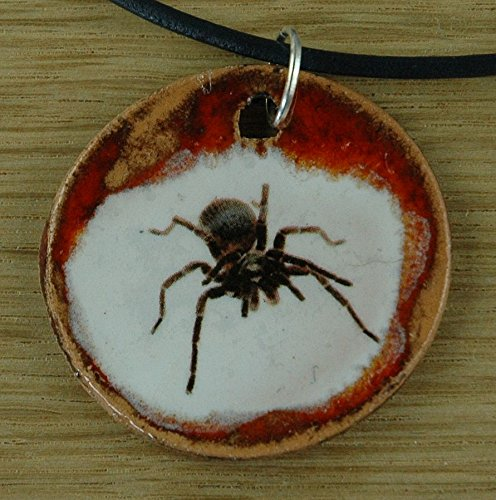 Echtes Kunsthandwerk: Hübscher Keramik Anhänger mit einer Vogelspinne; Spinnen, Arachnida