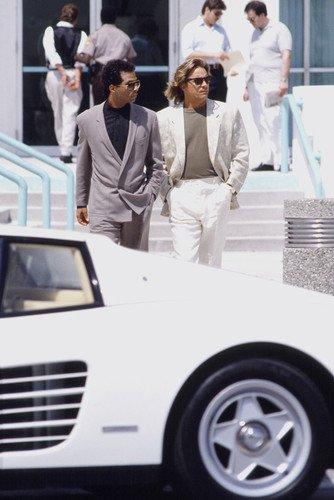 Moviestore Don Johnson als Det. James 'Sonny' Crockett unt Philip Michael Thomas als Det. Ricardo Tubbs in Miami Vice 91x60cm Farb-Posterdruck