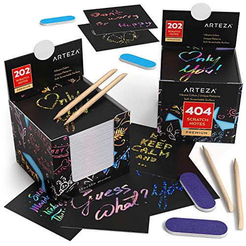 Arteza Notas de scratch art, juego de 2 tacos de notas para rascar, total 404 notas mágicas, con 2 estiletes de madera, 2 sacapuntas, 2 notas con diseños de arcoiris, 2 del espacio y 2 holográficas